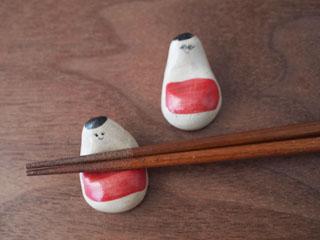 三鷹の小古道具店 四歩にて、おきあがりこぼしの箸置き。