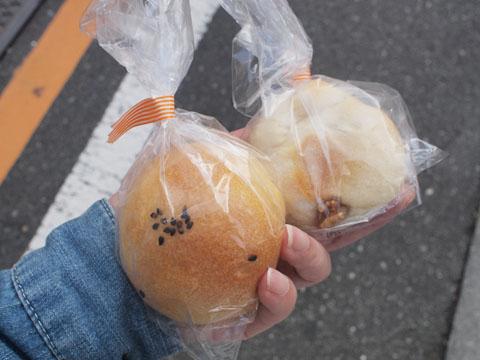 クルミと栗が入ったパンと、しっとりあんぱん