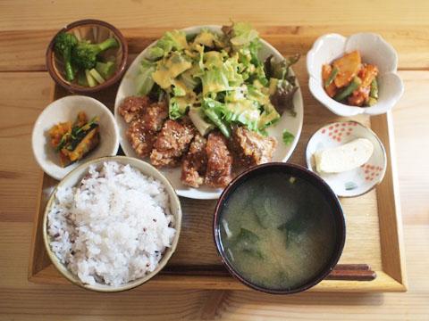 ニシクボ食堂名物の鶏肉の甘辛パリパリ揚げ定食